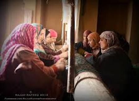 kashmiri-women-singing-folk-lores-and-weaving-carpets-in-chilly-winters